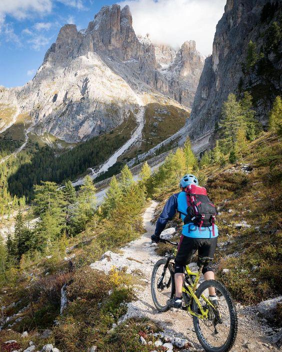 Homme pratiquant le mountain biking ou VTT