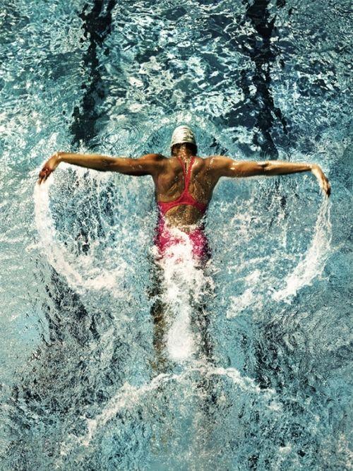 femme pratiquant la nage du papillon