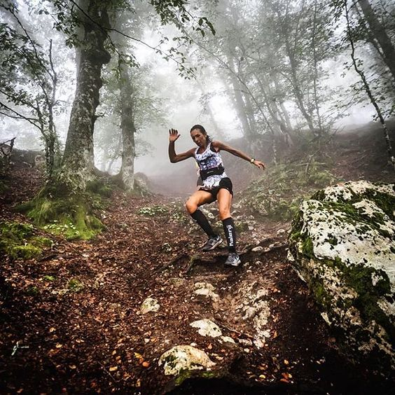Femme pratiquant le trail